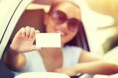 Woman driver with blank card — Fotografia Stock