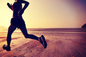Female running silhouette at beach — Stockfoto