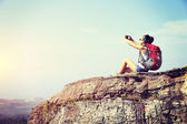 Woman hiker taking photo with smartphone — Fotografia Stock