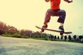 Skateboarder skateboarding outdoor — Stock Photo