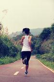 Vrouw uitgevoerd op trail — Stockfoto