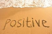 Положительные слова на пляже — Стоковое фото