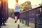 Runner atleet waarop ijzeren brug. — Stockfoto