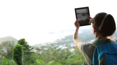 Woman hiker using tablet pc — Stock Video