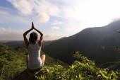 Йога женщина на вершину — Стоковое фото