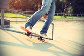 Legs skateboarding at ramp — Stockfoto