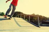 Skater nogi na deskorolce — Zdjęcie stockowe