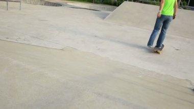 Gambe di skateboarder su skateboard — Video Stock