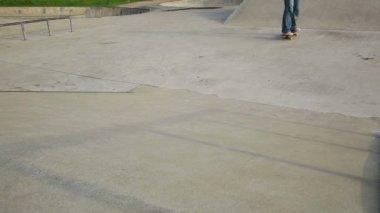 Skateboardåkare ben på skateboard — Stockvideo
