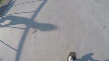 Skateboardista nohy na skateboard — Stock video