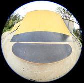 Ao longo da rampa do parque de skate — Fotografia Stock