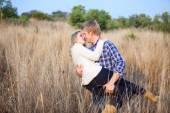 Młody człowiek figlarnie okazja w górze jego dziewczyna na pocałunek — Zdjęcie stockowe