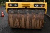 Yellow asphalt roller standing on asphalt — Stock Photo
