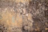 纹理的老墙上长满了黄色的灰泥 — 图库照片