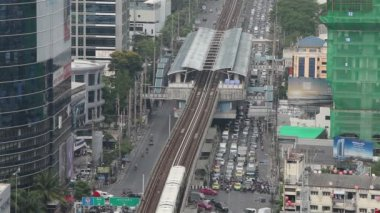 BANGKOK,THAILAND - April 8,2014 :Top view Bangkok and Sky Train of Bangkok going out from station — Stock Video