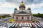 Russia, St. Petersburg, Isaac's Cathedral, 07.14.2015: A view of Isaac's Cathedral from 5 floors of the hotel 4 season, around the cathedral are many tour buses and tourists, a lot of people walking upstairs colonnade, sunny, white cloud — Stock Photo