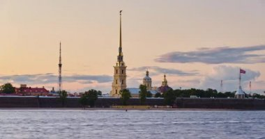 Russia, Saint-Petersburg, 04.08.2015: Time lapse Peter and Paul Fortress at sunset, boats, floating clouds, dark, turn on outdoor lighting, storm — Stock Video