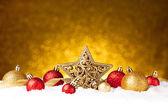 Décor d'étoiles sapin Noël or avec des ornements or et rouges — Photo