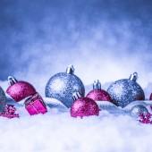 圣诞节装饰品在雪地上闪烁背景 — 图库照片