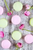 Colorful macaroons and roses — Stock Photo