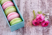 Roses et macarons colorés — Photo