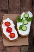 Bread with cream cheese, tomato and cucumber — Stock Photo