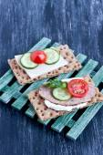 Crisp bread with cheese and smoked turkey meat — Zdjęcie stockowe