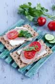 Хрустящий хлеб с сыром и копченой индейки — Стоковое фото