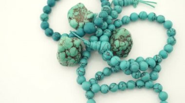 Turquoise gems gemstone necklace turning slowly — Stock Video