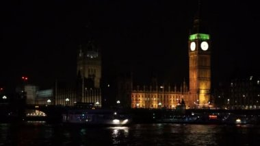 Boat along the Thames river — Vídeo Stock