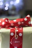 Rustik hediye kırmızı yay ve Noel ışıkları ile — Stok fotoğraf