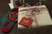 Craft kağıt hediye kutusu, kordon biriktirme, kırmızı ve beyaz, bağlı ve bir — Stok fotoğraf