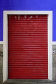 Rote rollladen — Stockfoto