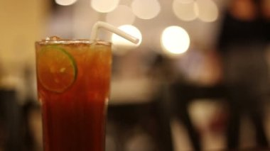 Ice tea with lime slice — Stock Video