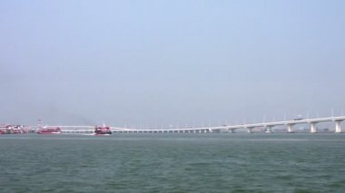 Jetfoils arriving and leaving Macau with view of Friendship bridge — Stock Video