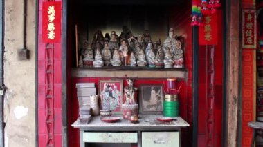 Altar of small street side Chinese shrine in Macau — Stock Video