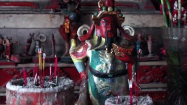 Old figurine of deified Chinese historical character — Stock Video