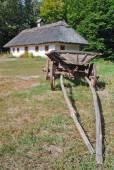 Traditional Ukrainian cart and hut — Stock Photo