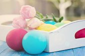 Easter composition. Easter eggs and flowers on the table. — Stock Photo