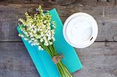 日記、コーヒーのガラス、テーブルの上の谷のユリ — ストック写真