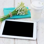 Diario, un lirios de computación tablet del valle en la mesa — Foto de Stock