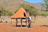竹馬に乗って ovahimba 食料貯蔵室 — ストック写真