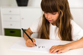 Ragazza scrivendo l'alfabeto abc — Foto Stock