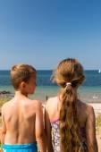 Kids heading to the beach — Stock Photo