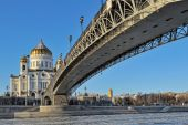 Patriarchal bridge and Cathedral of Christ the Savior in Moscow — Stock Photo