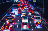 Night traffic with blurred traces from cars — Stockfoto