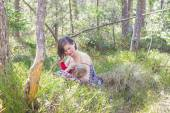 Breastfeeding in the forest — Stock Photo