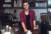 Young barista  at cofeeshop cafe made a cup of coffee and smile charming. — Stock fotografie