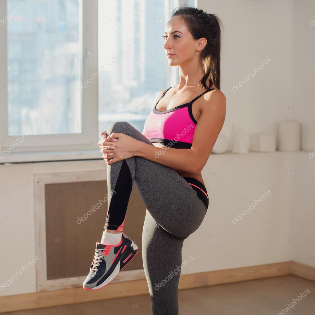 magnifique jeune active sportive femme athl tique en tenue de sport faire du yoga exercer la. Black Bedroom Furniture Sets. Home Design Ideas