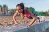 Женщина фитнес, делать толчок взлеты тренировки открытый летний вечер. Концепции спорта здорового образа жизни. — Стоковое фото